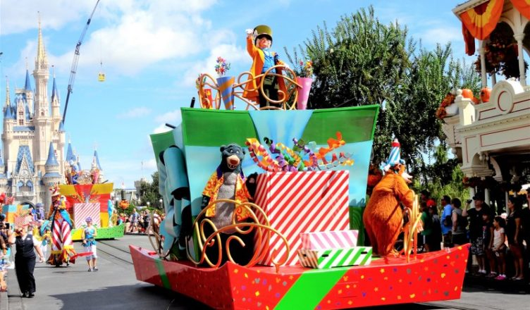 Desfile de abertura no Magic Kingdom