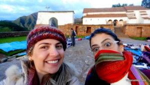Bruna muito feliz com seu cachecol de lã de alpaca comprado no Peru.