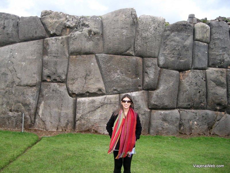 Pedras gigantes com um encaixe perfeito.